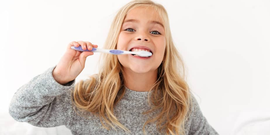 https://arie-stomatologia.pl/wp-content/uploads/2020/05/close-up-portrait-of-cute-kid-in-gray-pajamas-brushing-her-teeth-1280x640.jpg